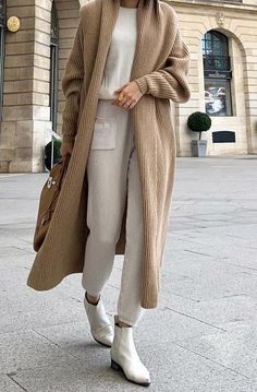 Winter Street Style Outfits That Keep You Stylish and Warm . Winter Street Style Outfits that keep you stylish and warm , Winter Street Style Outfit. Street Style Outfits, Mode Outfits, Fall Outfits, Casual Outfits, Fashion Outfits, Fashion Trends, Fashion Clothes, Warm Winter Outfits, Modest Fashion