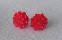 Pendientes de flores de resina en color rojo. La base es de plata, y la tuerca de silicona, para evitar alergias ;) - See more at: http://lookestilo.com/portfolios/artesania-mr/productos/pendientes-flores-de-resina-roja#sthash.Zf623ZC2.dpuf