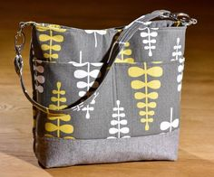 Welcome, welcome friends!!! I'm happy to introduce my newest bag pattern to you today. ♥ ♥ ♥ Vera Slouch Bag ♥ ♥ ♥ It's a perfectly sized everyday bag. Not too large, not too small, with two exterior