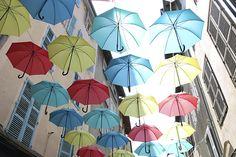 Installation de parapluies multicolores dans la rue Victor Hugo à Aurillac, capitale du parapluie.