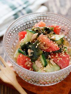 トマトときゅうりとわかめの中華サラダ【#切って和えるだけ】 by Yuu 「写真がきれい」×「つくりやすい」×「美味しい」お料理と出会えるレシピサイト「Nadia   ナディア」プロの料理を無料で検索。実用的な節約簡単レシピからおもてなしレシピまで。有名レシピブロガーの料理動画も満載!お気に入りのレシピが保存できるSNS。 Home Recipes, Asian Recipes, Healthy Recipes, Ethnic Recipes, Japanese Dishes, Japanese Food, Salad Bar, Daily Meals, Food Menu