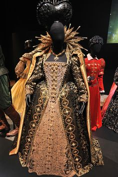 Shakespeare, Love, Dame Judi Dench and Elizabeth I Hollywood Costume - press view held at the Victoria and Albert Museum. Theatre Costumes, Movie Costumes, Cool Costumes, Fashion Tv, Fashion Design, Fashion Today, Elisabeth I, Hollywood Costume, Old Hollywood Style