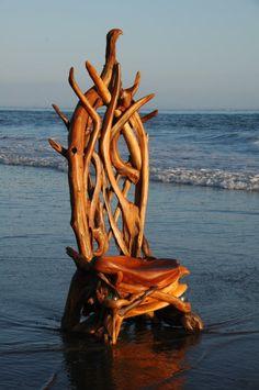 Holzthron im Wasser
