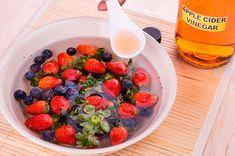 Buscando la alternativa de ciertos productos que compramos en el super, aquí te enseñamos algunos desinfectantes naturales para frutas y verduras. Raspberry, Fruit, Health, Desserts, Food, Gastronomia, Soup Bowls, Dressings, Napkins