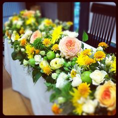 2種のひまわり入りメインテーブルの花
