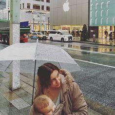 Está lloviendo muchísimo pero aún así hemos decidido salir a ver un poco más de Tokio ❤  Hemos paseado por Ginza y hemos comprado unos kitkats muy caros 😂 luego Natsu nos ha hecho este robado en frente de la Apple Store mientras Loki intentaba comunicarme algo que jamás llegaré a saber 🤔  En este viaje ha crecido un montón ha aprendido muchas cosas nuevas y anoche se quedó de pies el solo sin agarrarse q nada en la cama el hotel 😱😱 Una despedida de Tokio pasada por agua 🙄, pero bueno 😊…
