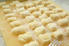 Aprenda a preparar nhoque de farinha de arroz com esta excelente e fácil receita.  O nhoque é um tipo de macarrão que não pode faltar na casa de muitos brasileiros!...