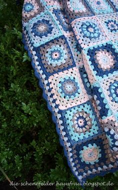 Die Schenefelder Hausfrau: Granny Square Decke: Fertig!!