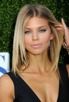 AnnaLynne McCord on the red carpet wearing a heavy lined lid and glossy lip l Smashbox eyeliner in Jet Set http://www.smashbox.com/product/6028/17753/Eyes/Eye-Liner/JET-SET-WATERPROOF-EYE-LINER/index.tmpl