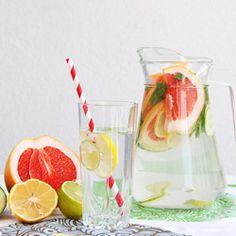 Orzeźwiająca i detoksykująca lemoniada z dodatkiem cytryny, limonki, grejpfruta i mięty