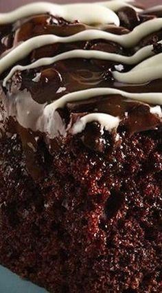 Chocolate Chip-Caramel Poke Cake Enjoy this delicious caramel topped chocolate cake made using Betty Crocker® SuperMoist® cake mix and . Köstliche Desserts, Chocolate Desserts, Delicious Desserts, Dessert Recipes, Chocolate Poke Cakes, Chocolate Cake Mix Recipes, Death By Chocolate Cake, Homemade Chocolate, How Sweet Eats