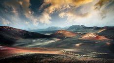 Der Nationalpark Timanfaya gehört zum größten Lavafeld der Erde und erstreckt sich auf rund 51 Quadratkilometern auf der kanarischen Insel Lanzarote. Entstanden ist die skurrile Landschaft während diverser Vulkanausbrüche im 18. Jahrhundert. Im Timanfaya-Nationalpark finden sich 32 Vulkankegeln,  unterschiedlichste Gesteinsstrukturen und heiße, aus der Erde schießende Dampffontänen.