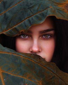 Leaf me alone 🍃 girl blue eye portrait retrato beautiful makeup garota Creative Portrait Photography, Photography Poses Women, Autumn Photography, World Photography, Creative Portraits, Artistic Photography, Stunning Photography, Photography Classes, Photography Awards