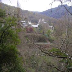 Un monumento al lado del bosque en el Camino a Samos