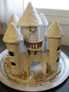 Pikku prinsessoillemme ainoa oikea piparkakkutalo on tietysti piparkakkulinna :-) Linnan parvekkeelta linnan asukit voivat ihastella valtakuntaansa ja yöllä linnan sisässä tuikkivat valot. - by Mari -- Piparkakkutalo, Joulu, Gingerbread house, Christmas