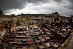 Os deuses compõem o jogo. Chouara Tannery em Fez, região de Fez-Boulemane, Marrocos. Chouara Curtumes tem alguns dos curtumes mais antigos do mundo, operando praticamente inalterados desde a fundação de Fez quase 1.000 anos atrás.