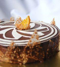 Une commande pour un gâteau d'anniversaire. Consignes : chocolat, croquant, orange. J'opte pour une base de biscuit succès, de la marmelade d'orange peu sucrée, de la nougatine, des couches de ganache et ganache mousseuse.