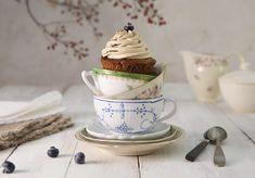 Az áfonya magas antioxidáns tartalmának köszönhetően kedvelt bogyós gyümölcs. Mindemellett jótékonyan hat a szívre, látásra, öregedésre és még sorolhatnánk. A mostani áfonyás cupcake recepttel egy kicsit az egészségnek is hódolunk. Elkészítései idő: 1 óra Áfonyás cupcake hozzávalók 10 darab cupcake elkészítéséhez az alábbi alapanyagokra lesz szükségünk: Tésztához 250 g fehér búzaliszt 35 g burgonya keményítő 170 g vaj 300 g cukor 5 g őrölt kávé 150 g feketekávé 2tojás 12 g sütőpor 250 g… Muffin, Tableware, Muffins, Dinnerware, Dishes