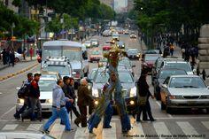 Cruzando la calle... / Crossing down the street...