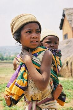 Babywearing her sibling - photo on Enfants du monde