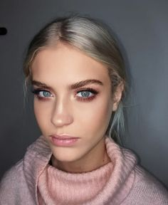 10 Gorgeous Winter Makeup Looks You Need To Try Diese Winter-Make-up-Looks sind definitiv eine Glossy Makeup, Skin Makeup, Eyeshadow Makeup, Makeup Brushes, Blonde Makeup, Smokey Eyeshadow, Clinique Makeup, Eyeshadow Brushes, Natural Makeup For Blondes