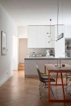 Two international clients, a vacant Gründerzeit building in Berlin's Mitte district and SEHW. That makes for an interesting mixture. Apartment View, Apartment Interior Design, Oak Parquet Flooring, Sliding Wall, Cocinas Kitchen, Custom Furniture, House Design, Shelves, Berlin