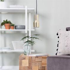 De Zuiver hanglamp Mora S is een strakke design lamp met een stoffen snoer.  De Mora S hanglamp heeft een diameter van acht centimeter. Deze Zuiver lamp leent zich ervoor om in meervoud boven de eettafel te hangen!