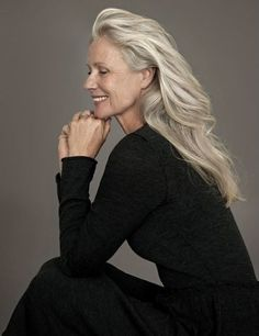 Gray is the new Black: 30 hairstyles for gray hair Grey is the new Black: 30 Frisuren für graue Haare – Farbige Haare Pelo Color Plata, Beautiful Old Woman, Advanced Style, Ageless Beauty, Aging Gracefully, Grey Hair, White Hair, Hair Cuts, Hair Beauty
