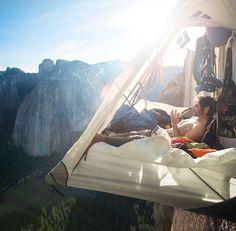 descanso durante la escala libre de  El Capitán, un monolito de granito de más de 900 metros de altura situado en el Parque Nacional Yosemite de California.