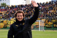 Diego Forlán fue presentado en el Campus y ovacionado por los hinchas.
