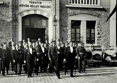 23 Nisan 1920'de, Türk milletinin gerçek temsilcilerinden kurulan Türkiye Büyük Millet Meclisi Hükumeti de milletin alın yazısına idare ve devletin bağımsızlığını koruma savaşını yine Ankara'da sürdürdü ve sonuçta zafer kazanıldı.
