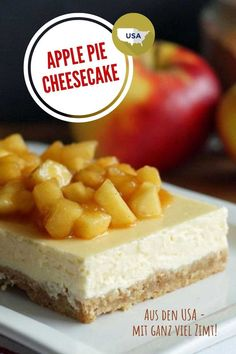 Was backen, wenn man sich nicht entscheiden kann zwischen Apple Pie und Cheesecake? Genau – diese Käsekuchenschnitten mit leckerem Fruchttopping. #usakulinarisch #käsekuchen #frischkäse #rezept #apfelkuchen
