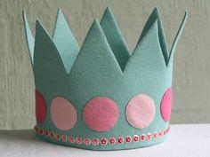 una corona de fieltro