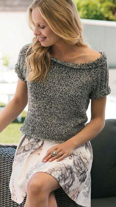 Strikkeopskrift til en feminin kort bluse med kig til skulderen. Blusen har ribstrikkede ærmer og en bred ribkantet halskant. Perfekt til en sød nederdel.