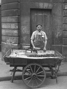 PARIS......1950......MARCHAND DE CERISES........PHOTO DE TODD WEEB........BING IMAGES........