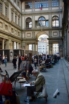 Pátio da Galleria degli Uffizi é um dos mais antigos museus da Europa e reúne a mais importante coleção renascentista do mundo. Para quem não tem muito tempo em Firenze e precisa escolher apenas um museu, sem dúvidas alguma este é o que eu indico. O Uffizi é o mais importante museu da cidade e em suas salas podemos contemplar obras de Masaccio, Botticelli, Raffaello, Giotto, Michelangelo, Filippo Lippi, Tiziano e Caravaggio, só pra citar alguns.