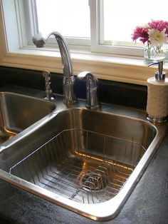clean and shine your sink without harsh chemicals! fill with hot water and 1 cup vinegar, let sit 30 min. mix baking soda and water to make a thin paste and scrub sink. rub down sink with a rag with small amount of olive oil to make shiny Cleaning Solutions, Cleaning Hacks, Cleaning Supplies, Spring Cleaning Checklist, Clean And Shiny, Clean Clean, Stainless Steel Sinks, Natural Cleaning Products, Norwex Products