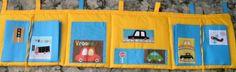 kapsář kapsář za postel ( 200x50). vyplněný vatelínem, aby dělal tepelnou izolaci od zdi. Má dvě velké vyztužené, výlkopné kapsy, do kterých se toho více vejde, a další kapsičky na různé drobnosti.. Obrázky autíček jsou našité z dovozové látky. Moc pěkná kombinace hřejivé žluté barvy s tyrkysově modrou, hravě sestavené uchytky pro radost malého Vašíka.. ( ...