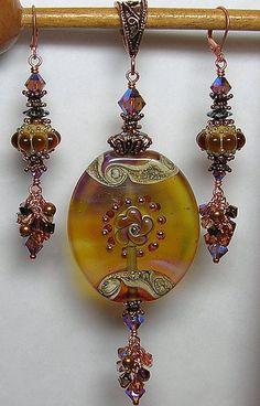 Stunning pendant and earrings combination BeadedJewelry Wire Jewelry, Jewelry Crafts, Jewelry Art, Beaded Jewelry, Jewelery, Jewelry Design, Beads And Wire, Bead Earrings, Lampwork Beads