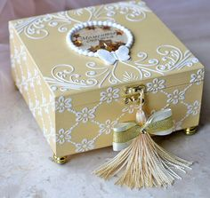 Caixa de MDF Decorada: 42 Ideias com Passo a Passo Decoupage Box, Decoupage Vintage, Wooden Keepsake Box, Keepsake Boxes, Cigar Box Crafts, Altered Cigar Boxes, Gift Wraping, Pretty Box, Painted Boxes