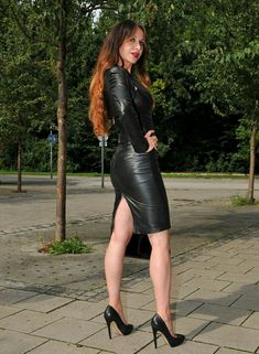 A special December/Christmas treat for you all- an extra long post featuring lovely ladies squeezed into sexy leather pencil skirts: . Black Leather Skirts, Leather Dresses, Womens Leather Skirt, Mode Latex, Botas Sexy, Leder Outfits, Sexy Latex, Black High Heels, Girls Wear