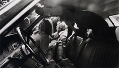Letizia Battaglia, Omicidio di Piersanti Mattarella, Presidente della Regione Sicilia (assassinato dalla mafia nel 1980). Sullo sfondo, suo fratello Sergio Mattarella, attuale Presidente della Repubblica italiana