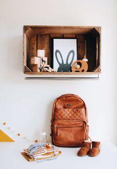 Maak wandkastje van appelkistje met kapstokje eronder | HUUSJE Kidsroom, Nursery, Future, Inspiration, Bags, Bedroom Kids, Biblical Inspiration, Handbags, Future Tense