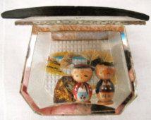 Maison japonaise miniature avec 2 poupées kokeshi, souvenir du milieu du siècle, kokeshi jolie couple