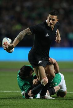 Sonny Bill Williams Photos - Sonny Bill Williams of the All Blacks passes during the International Test Match between New Zealand and Ireland at Waikato Stadium on June 2012 in Hamilton, New Zealand. - New Zealand v Ireland All Blacks Rugby Team, Nz All Blacks, Rugby Sport, Rugby Men, Rugby League, Rugby Players, Watch Rugby, Sonny Bill Williams, Ireland Rugby