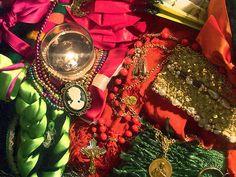 Se me ocurrió poner todos mis accesorios de baile folklorico de México en una mesa para ponerlos en orden, y vi que se veían lindos y saqué la cámara.    :D     accesorios  carros
