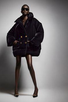 Tom Ford Fall 2021 Ready-to-Wear Photos Tom Ford, New York Fashion, Fashion News, Women's Fashion, Fashion Poses, Fashion Editorials, Milan Fashion, Fashion Addict, High Fashion