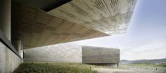 Construido por ACXT en Cerdanyola del Vallès, Spain con fecha 2011. Imagenes por Edouard Decam. El programa del CPD 1 en Cerdanyola incluye más de 6.000 m2 de procesadores repartidos en 18 salas IT, además de espa...