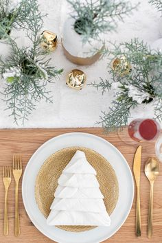 If there is one holiday to set a beautiful table for it's Christmas! If you're hosting Christmas Eve, brunch or Christmas dinner here are some of the most beautiful Christmas table settings and guide to help you set a stunning table! #Christmas #TableSetting #ChristmasTable #ChristmasTableEscape #Holiday