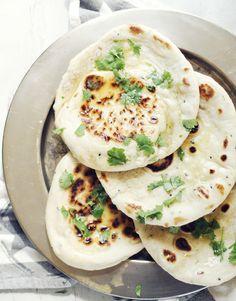 Naan to pieczywo wywodzące się z hinduskiej kuchni...chlebek naan do przeróżnych curry i ostrych sosów...naan nadziewany...naan z patelni...podpłomyki naan